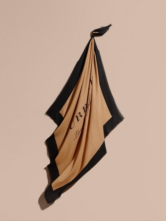 Schal aus einer Kaschmirmischung mit Burberry-Schriftzug Camelfarben/schwarz