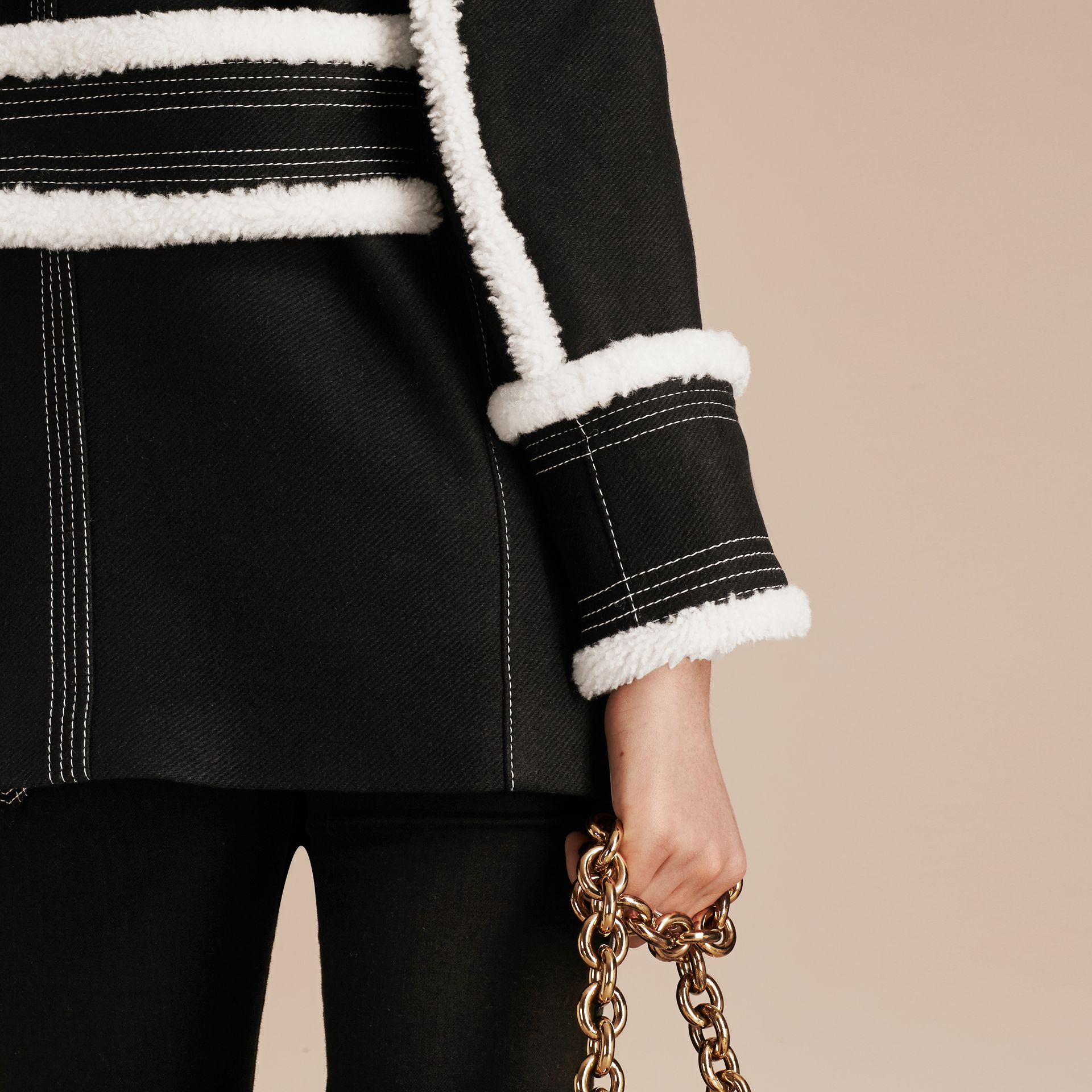Nero Pea coat in misto lana e cashmere con finiture in shearling - immagine della galleria 6