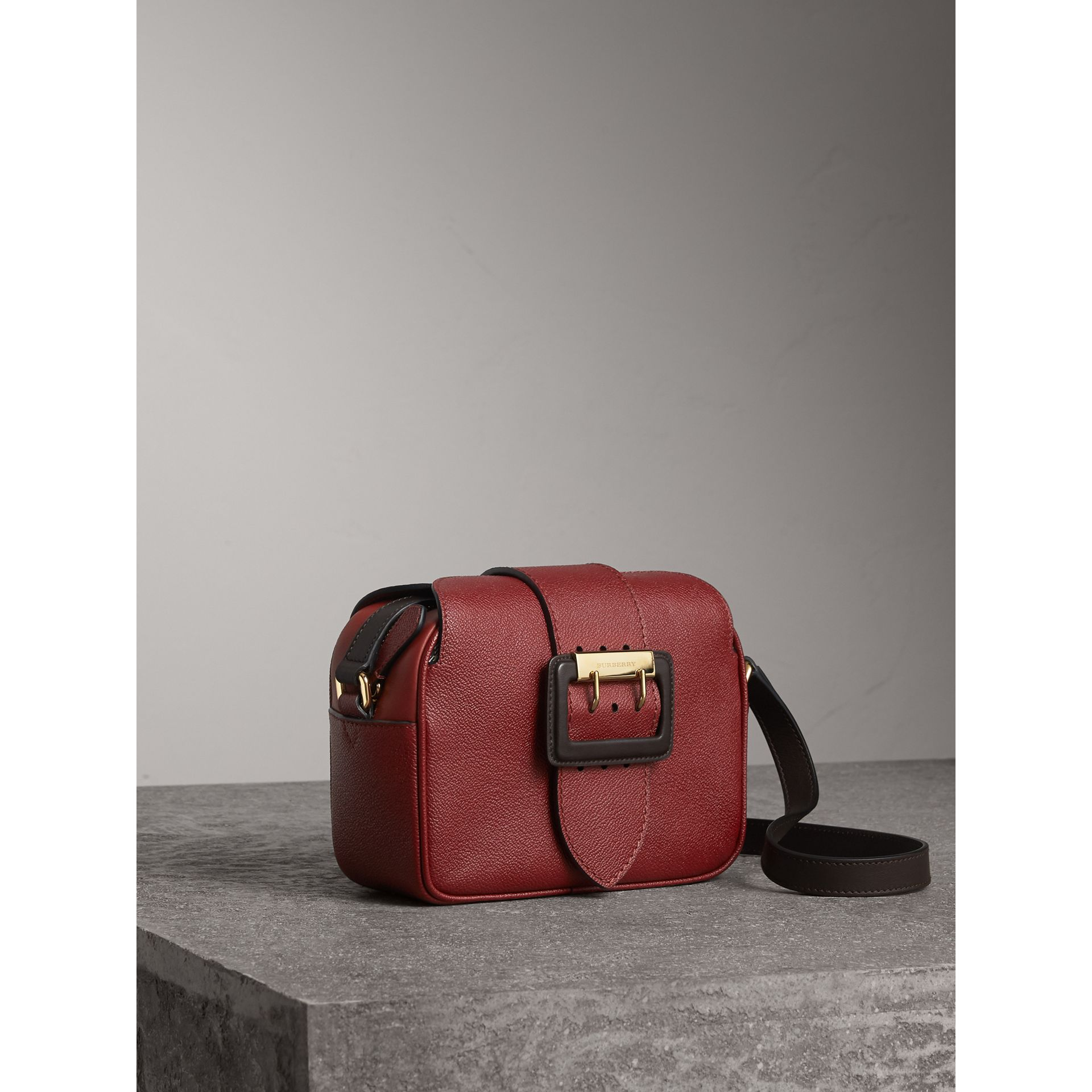 Petit sac à bandoulière The Buckle en cuir bicolore (Rouge Antique) - Femme | Burberry - photo de la galerie 6