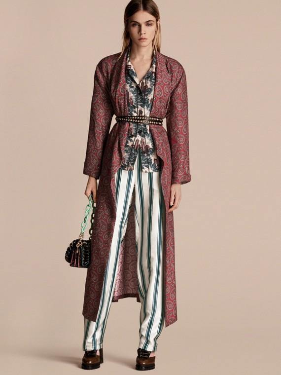 Cappotto a vestaglia in panama di seta con stampa paisley