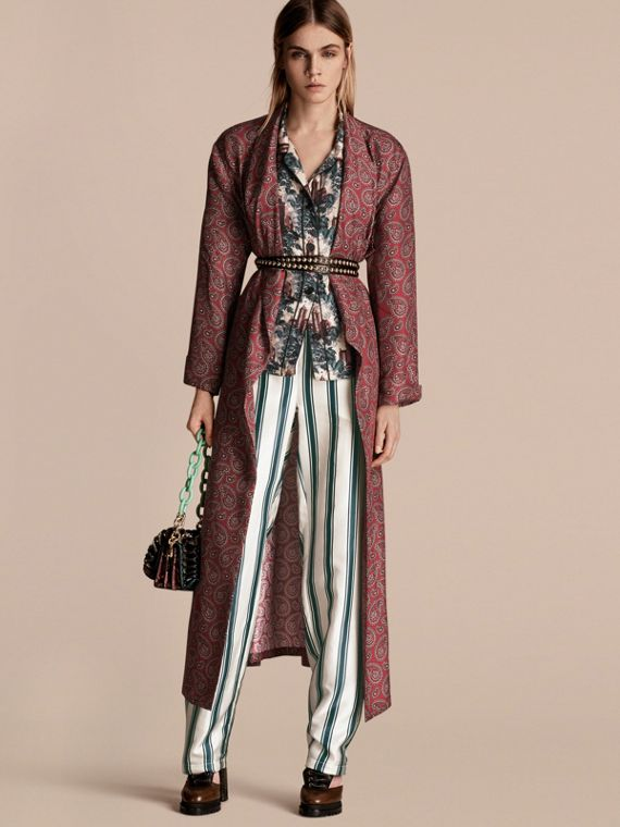 Casaco estilo robe de seda com estampa Paisley e listras Panamá