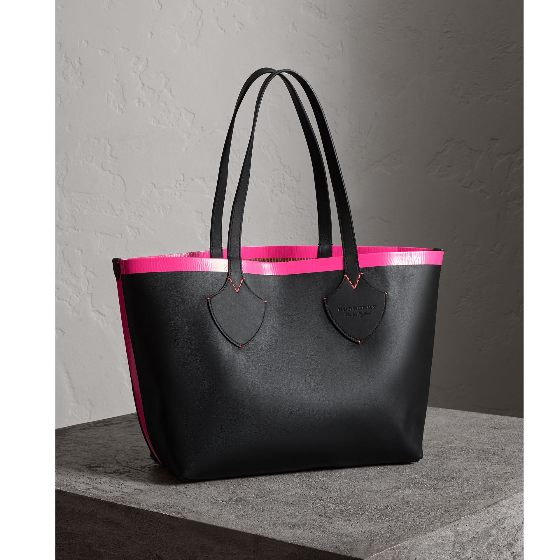 Borsa tote The Giant media reversibile in tela e pelle (Nero/rosa Neon) | Burberry - immagine della galleria 7