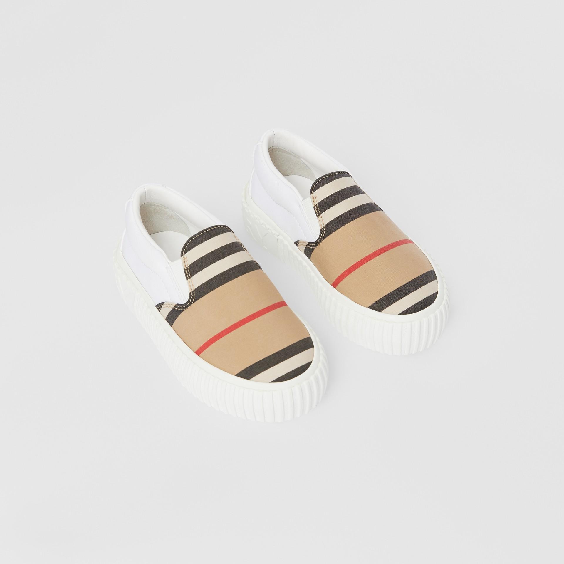 Zapatillas deportivas sin cordones en algodón a rayas Icon Stripe (Beige Vintage) - Niños | Burberry - imagen de la galería 0