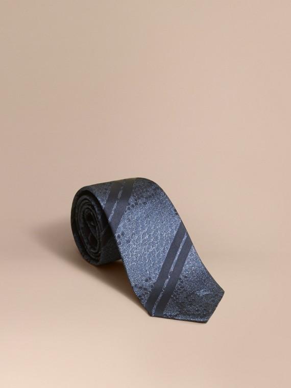 Modern geschnittene Seidenkrawatte in Jacquard-Webung mit Pythonmuster Mineralblau