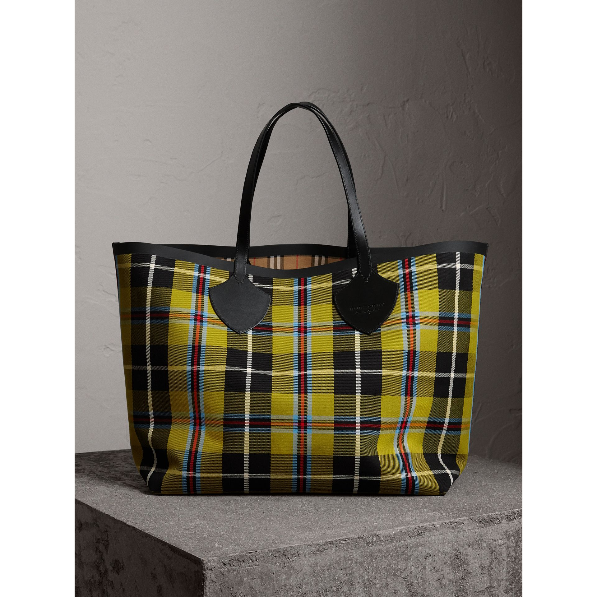 The Giant Reversible Tote in Vintage Check in Antique Yellow | Burberry Australia - gallery image 2
