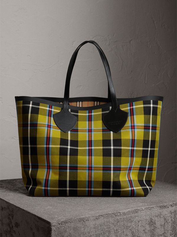 The Giant Reversible Tote in Vintage Check in Antique Yellow | Burberry Hong Kong - cell image 2