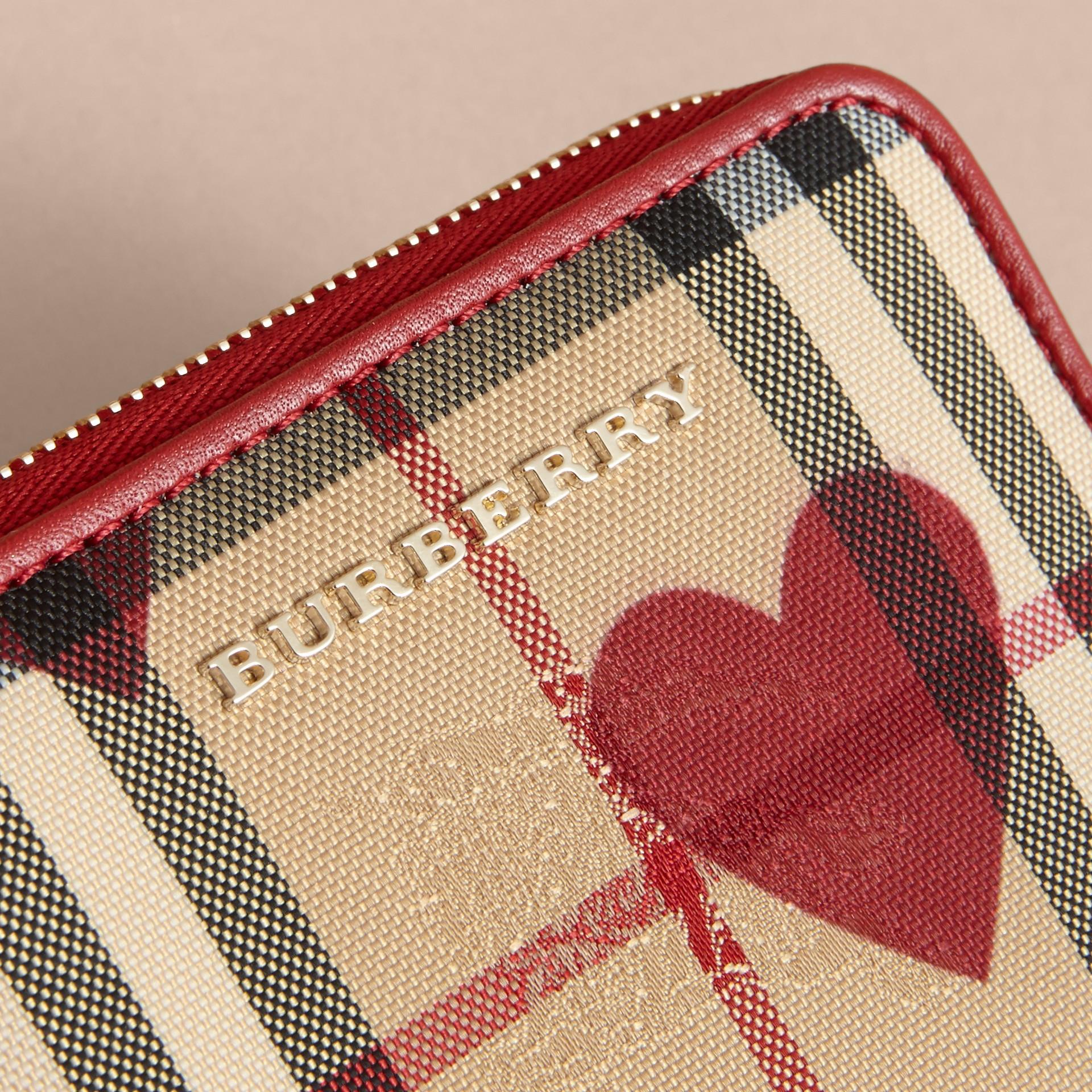 繽紛鮮紅色 心型印花 Horseferry 格紋小型環繞式拉鍊皮夾 - 圖庫照片 2