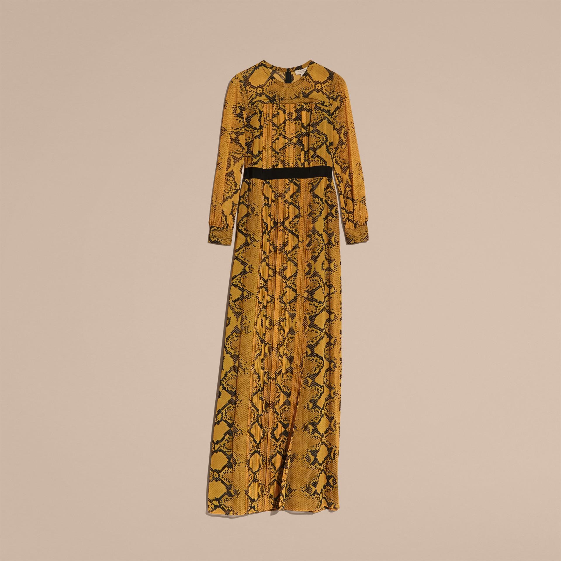 Jaune ambre Robe extra-longue en soie avec imprimé python et plis Jaune Ambre - photo de la galerie 4