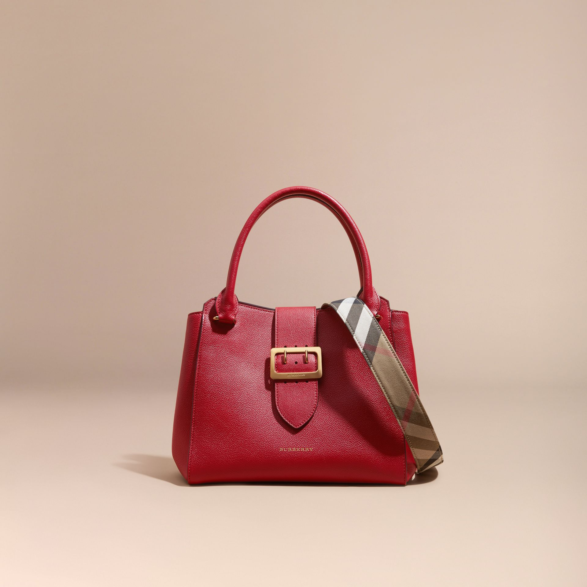 Sac tote The Buckle medium en cuir grainé (Rouge Parade) - photo de la galerie 9