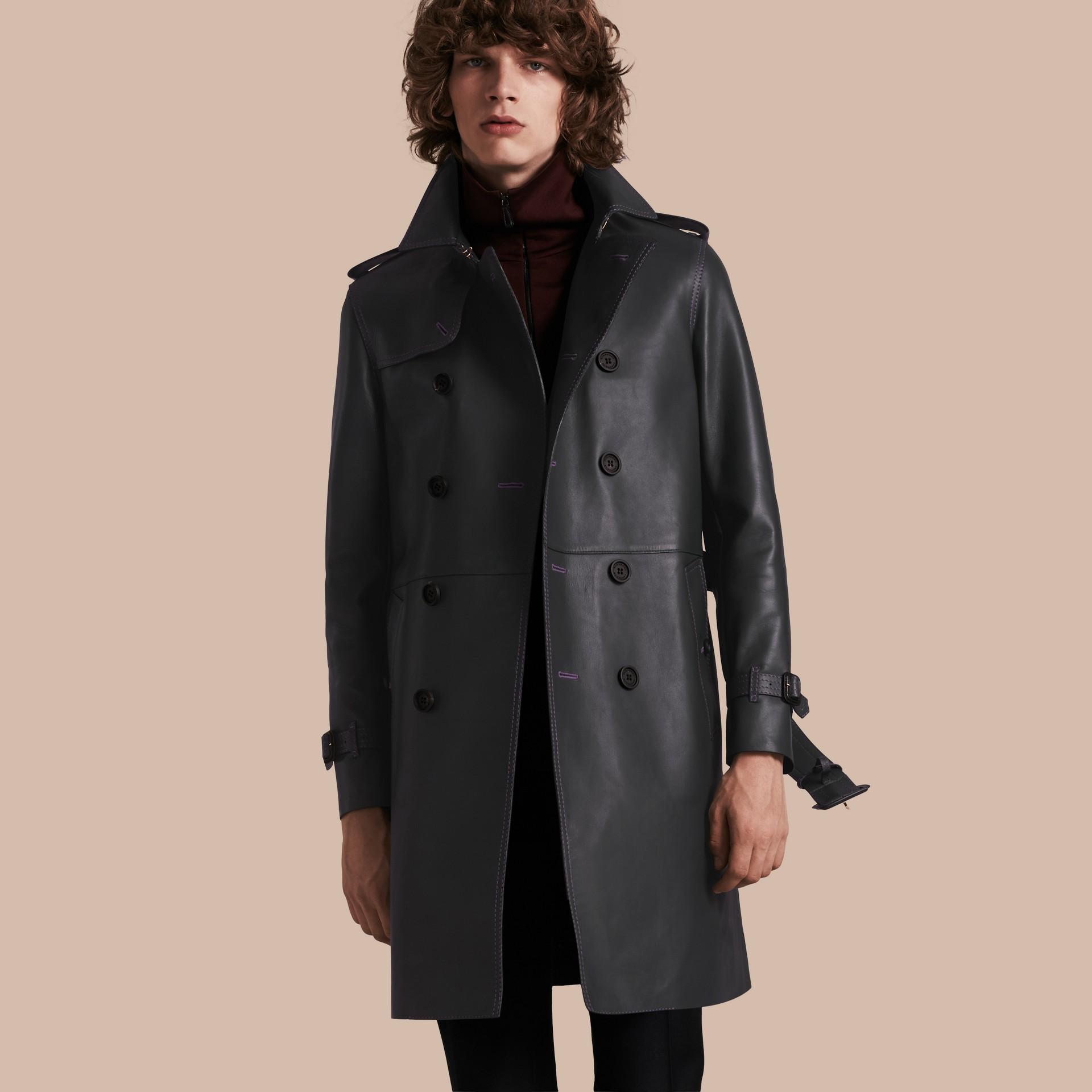 Navy scuro Trench coat in pelle di agnello con impunture militari - immagine della galleria 1