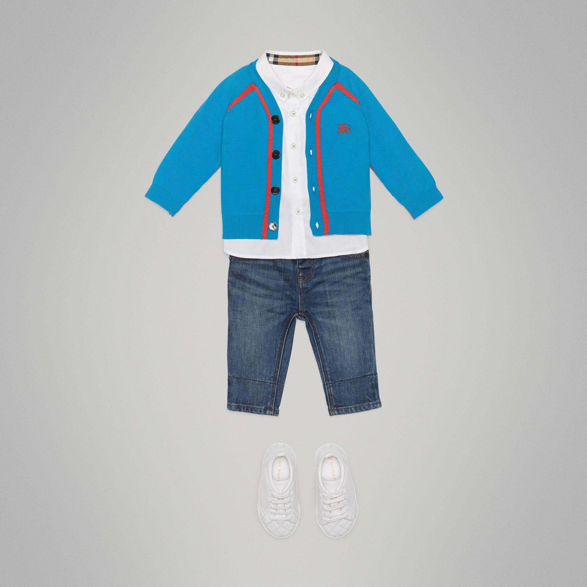 Cardigan en coton bicolore (Bleu Régate) - Enfant | Burberry - photo de la galerie 2