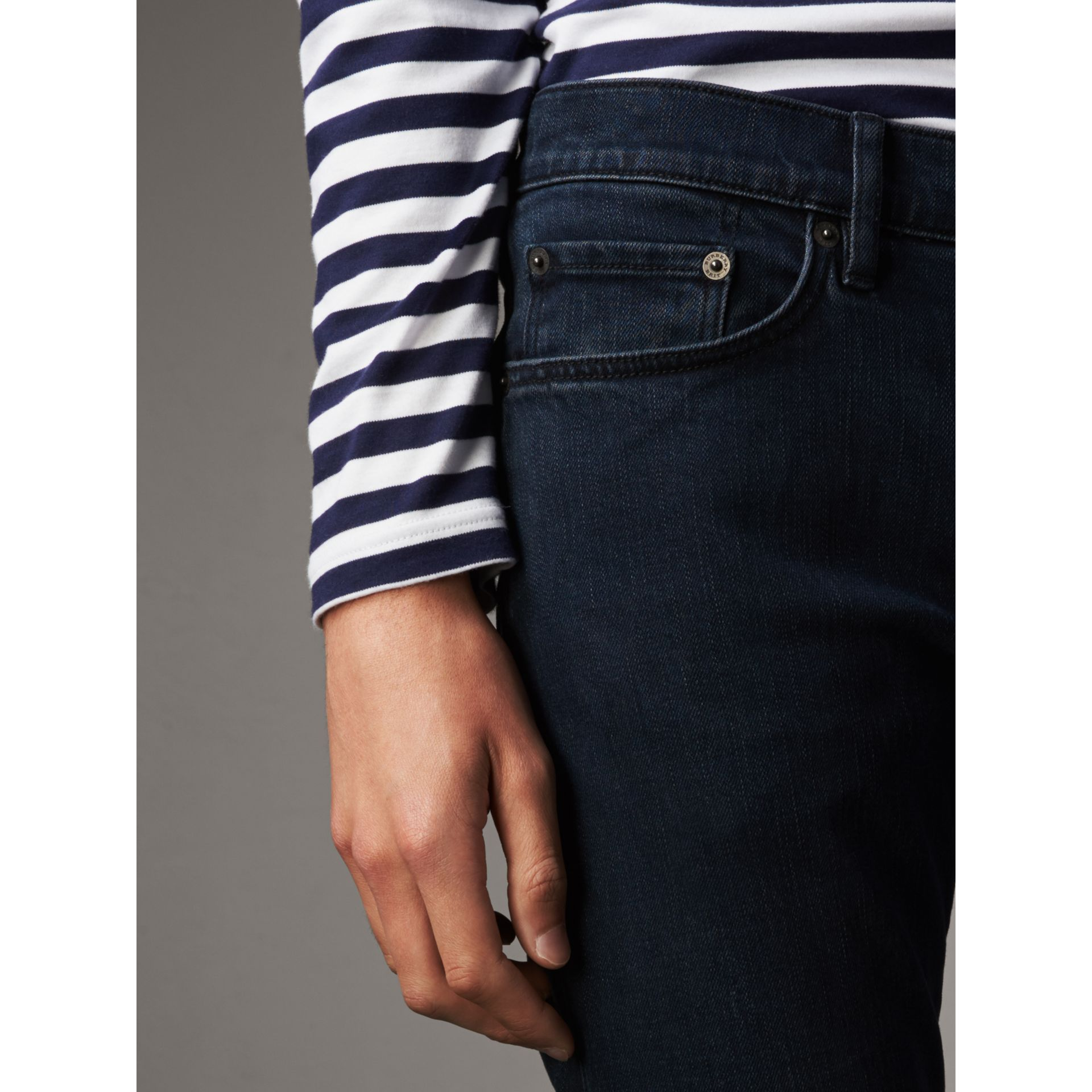 Jean de coupe slim stretch surteint (Indigo Sombre) - Homme | Burberry Canada - photo de la galerie 4