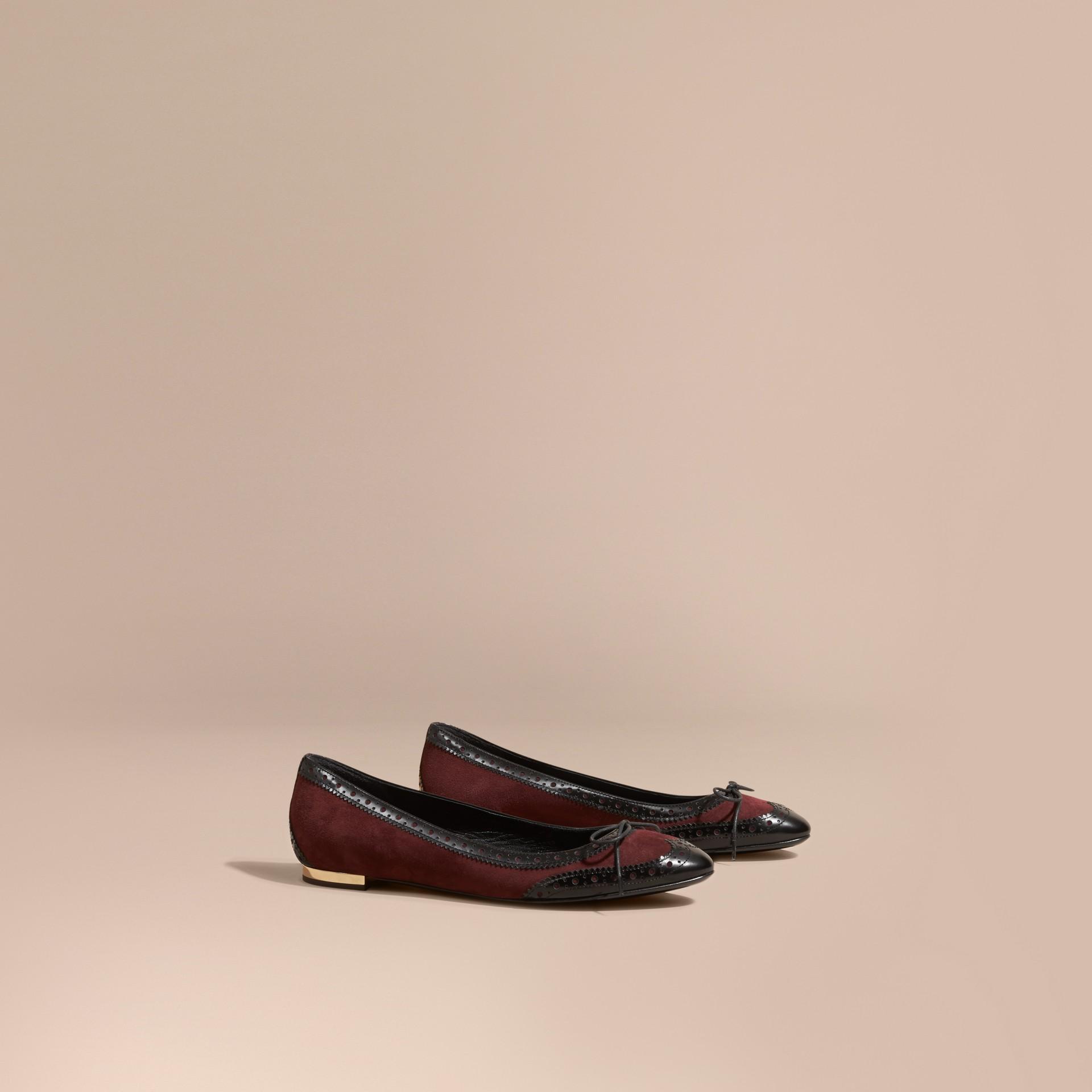 Rojo caoba Bailarinas en piel con detalles de estilo brogue - imagen de la galería 1