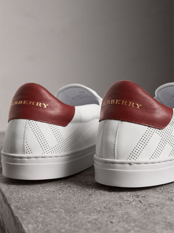 Sneakers sans lacets en cuir à motif check perforé (Blanc Optique/camaïeu De Bordeaux Intense) - Homme | Burberry - cell image 3
