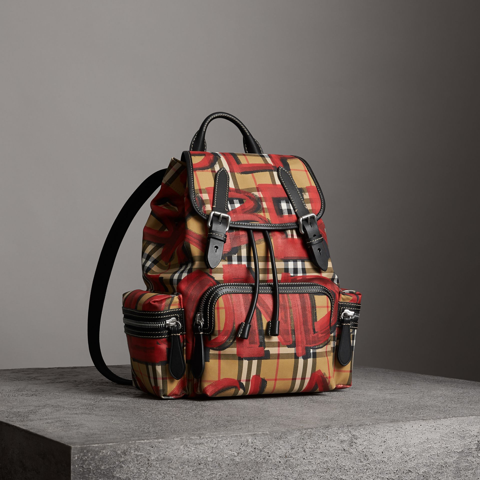 Sac The Rucksack moyen à motif Vintage check et graffiti (Jaune Antique/rouge) - Femme | Burberry - photo de la galerie 0