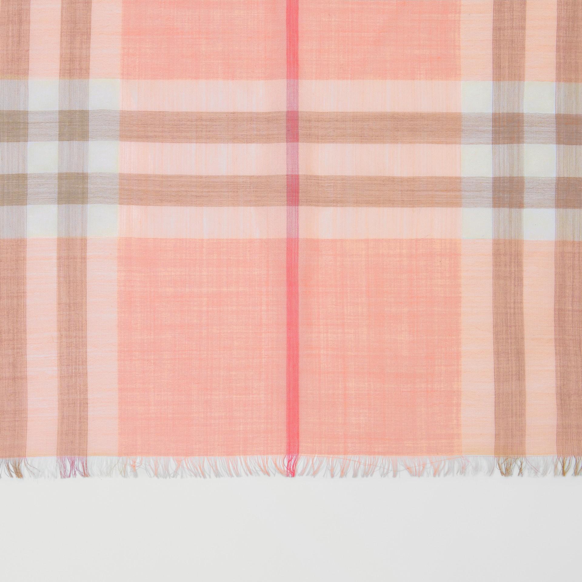 輕盈格紋羊毛絲綢圍巾 (粉蜜桃色) | Burberry - 圖庫照片 1