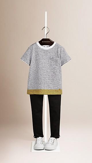 Camiseta de algodão listrada com barra contrastante