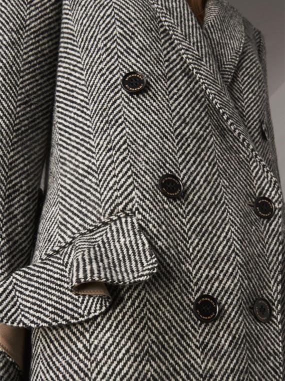 Abrigo de vestir en tweed de lana de Donegal en espiguilla (Negro)