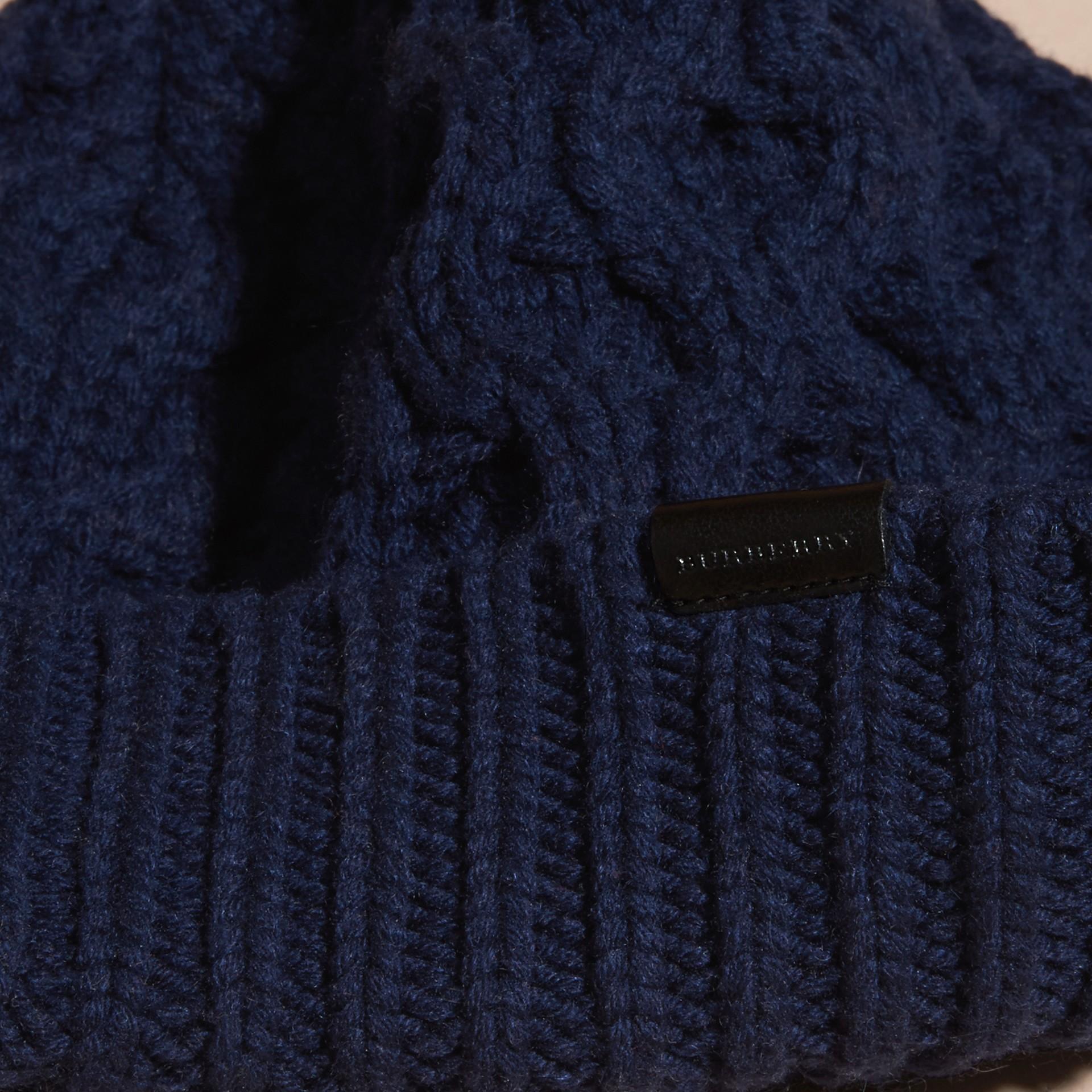 Navy scuro Cappellino in lana e cashmere con lavorazione Aran Navy Scuro - immagine della galleria 3