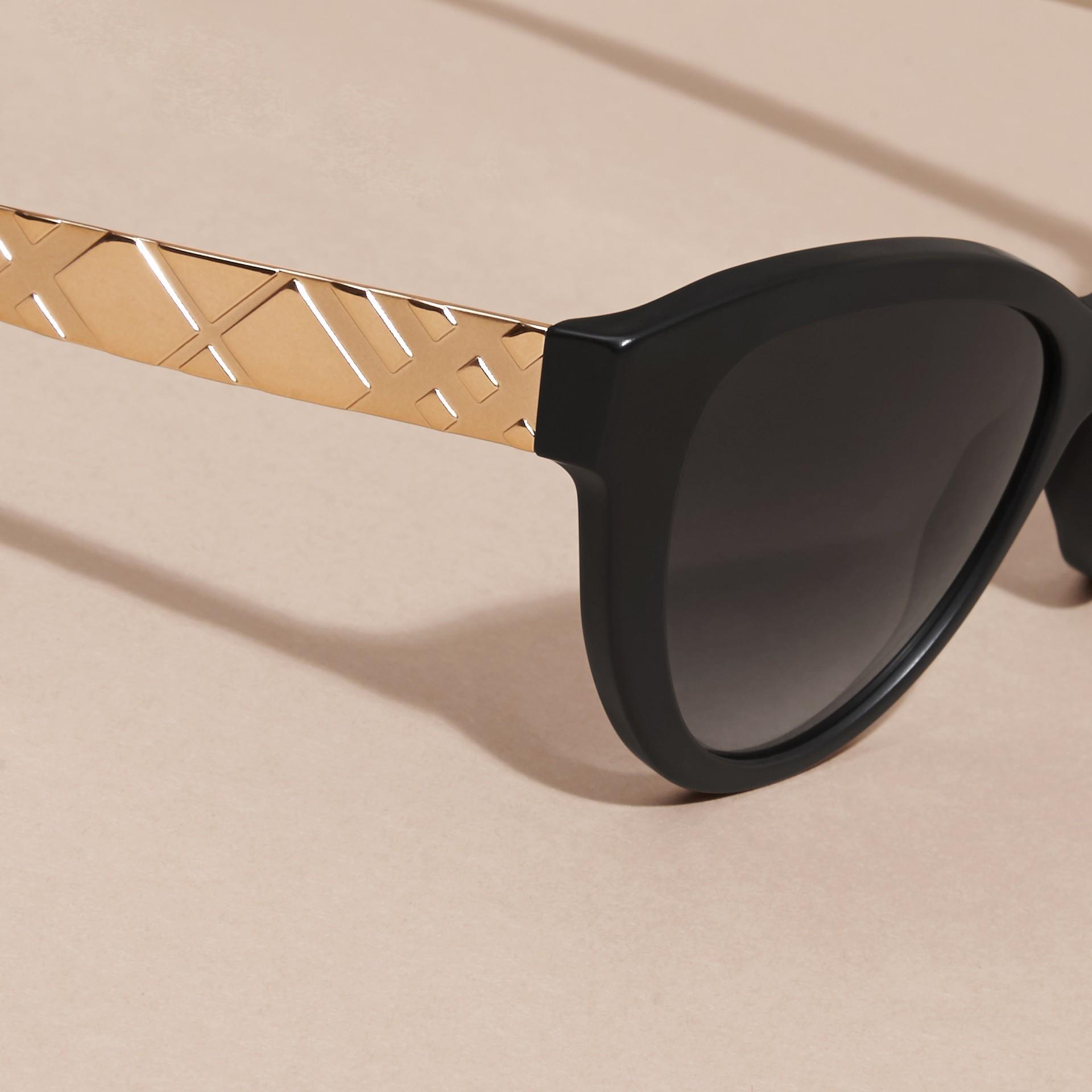 Nero Occhiali da sole con montatura cat-eye e motivo check tridimensionale Nero - immagine della galleria 4