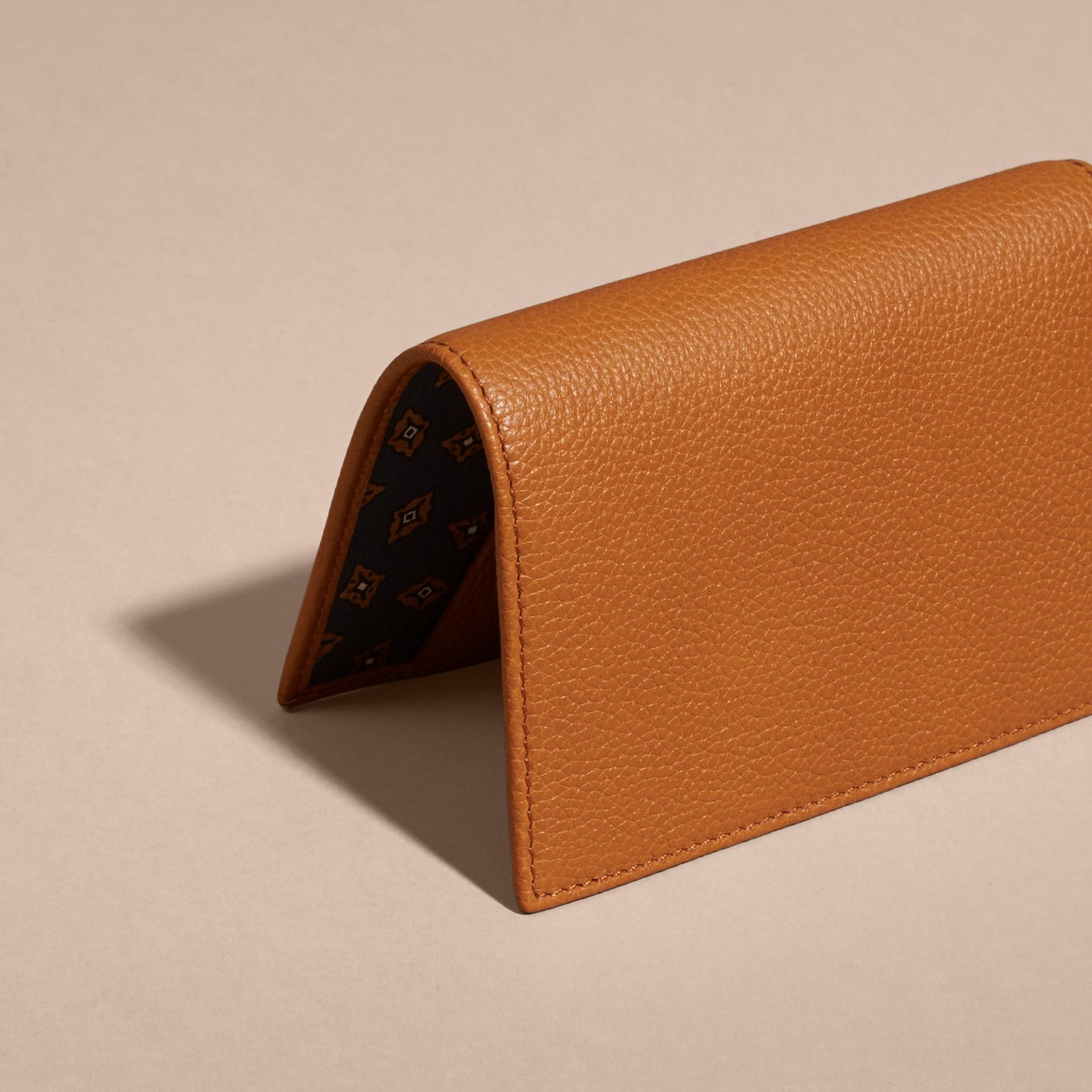 Caramelo claro Capa de couro granulado para passaporte com compartimentos porta-cartões Caramelo Claro - galeria de imagens 5