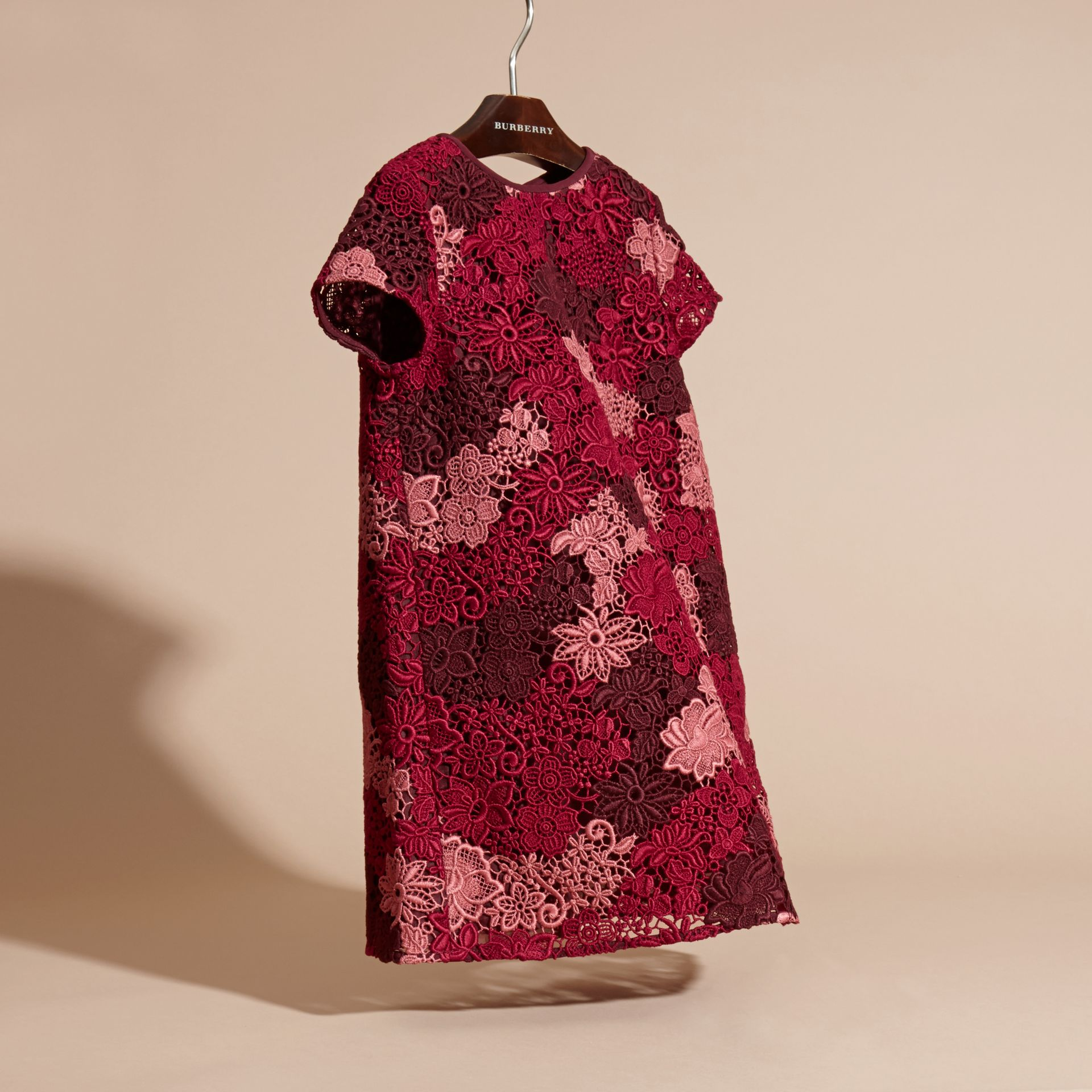 Rosso violetto intenso Abito in pizzo macramè - immagine della galleria 3