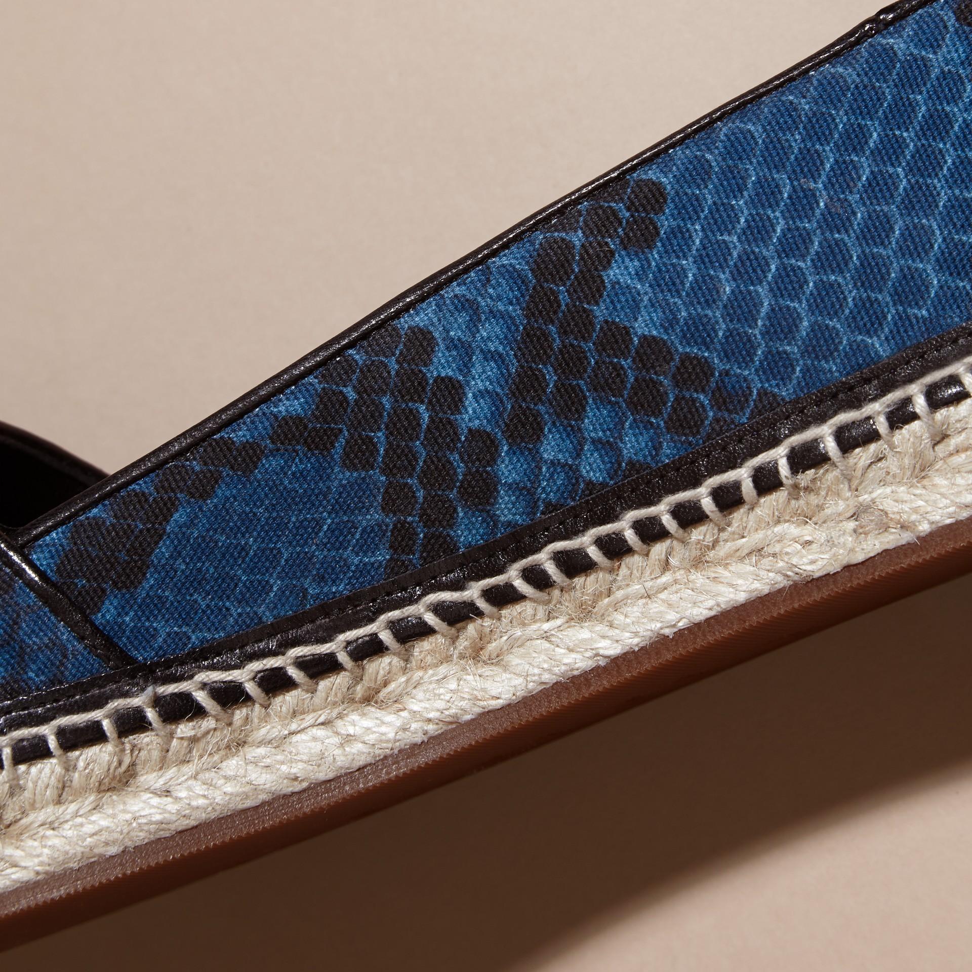 Bleu minéral Espadrilles en cuir et coton à imprimé python avec pampilles Bleu Minéral - photo de la galerie 2