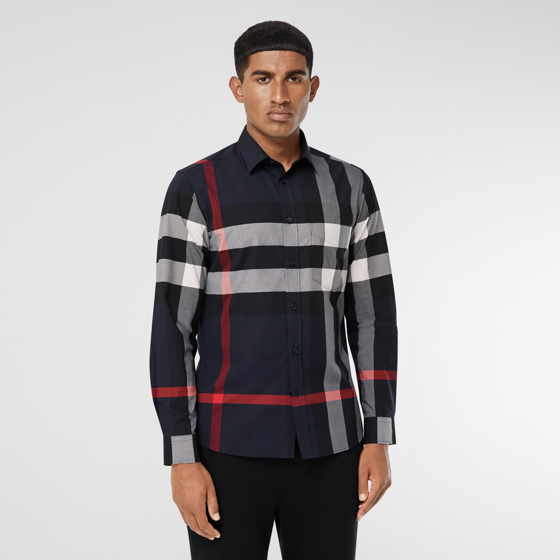 Camisa en popelina de algodón elástico a cuadros (Azul Marino) - Hombre | Burberry - imagen de la galería 0