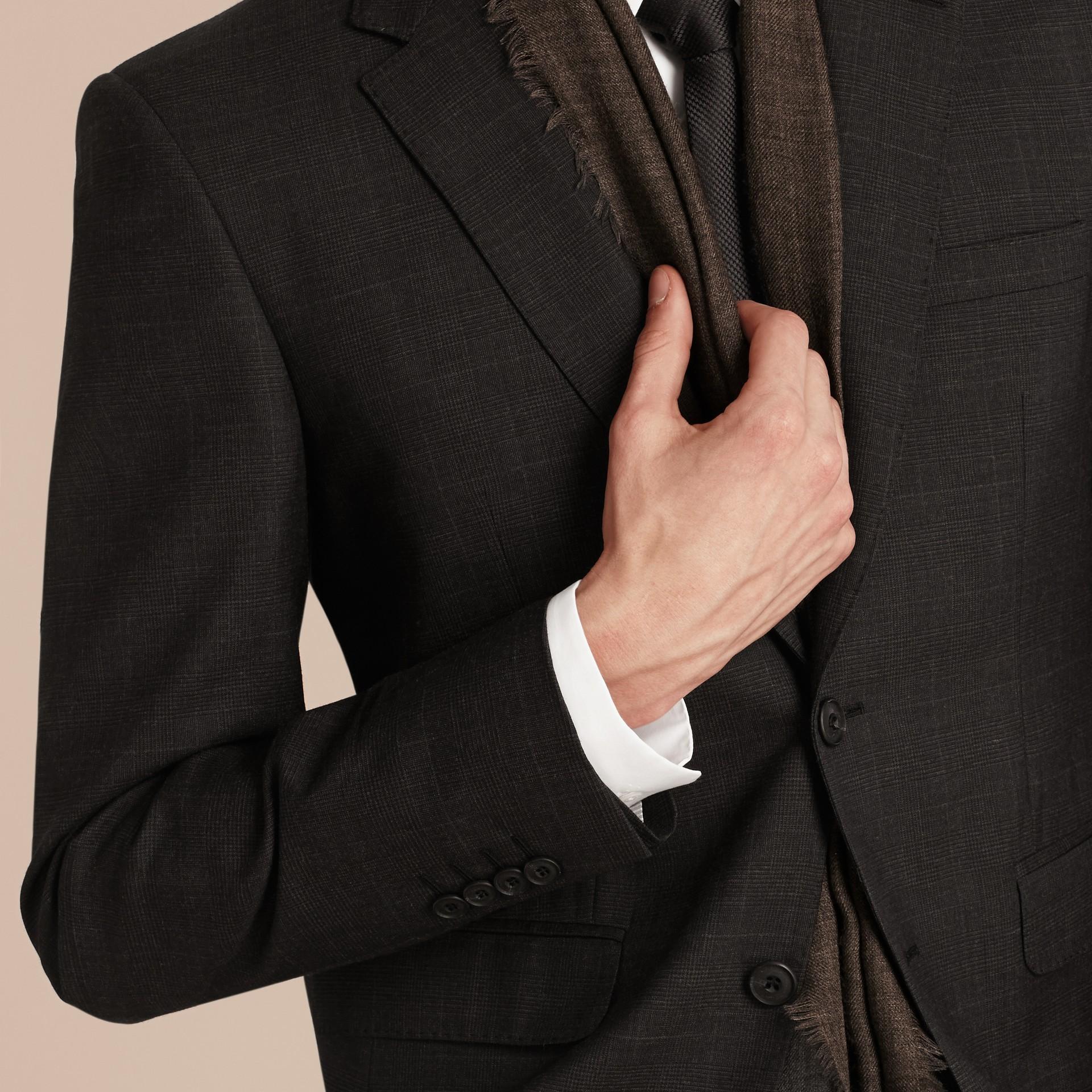 Nero fumo Abito in lana con motivo check principe di Galles dal taglio moderno - immagine della galleria 6