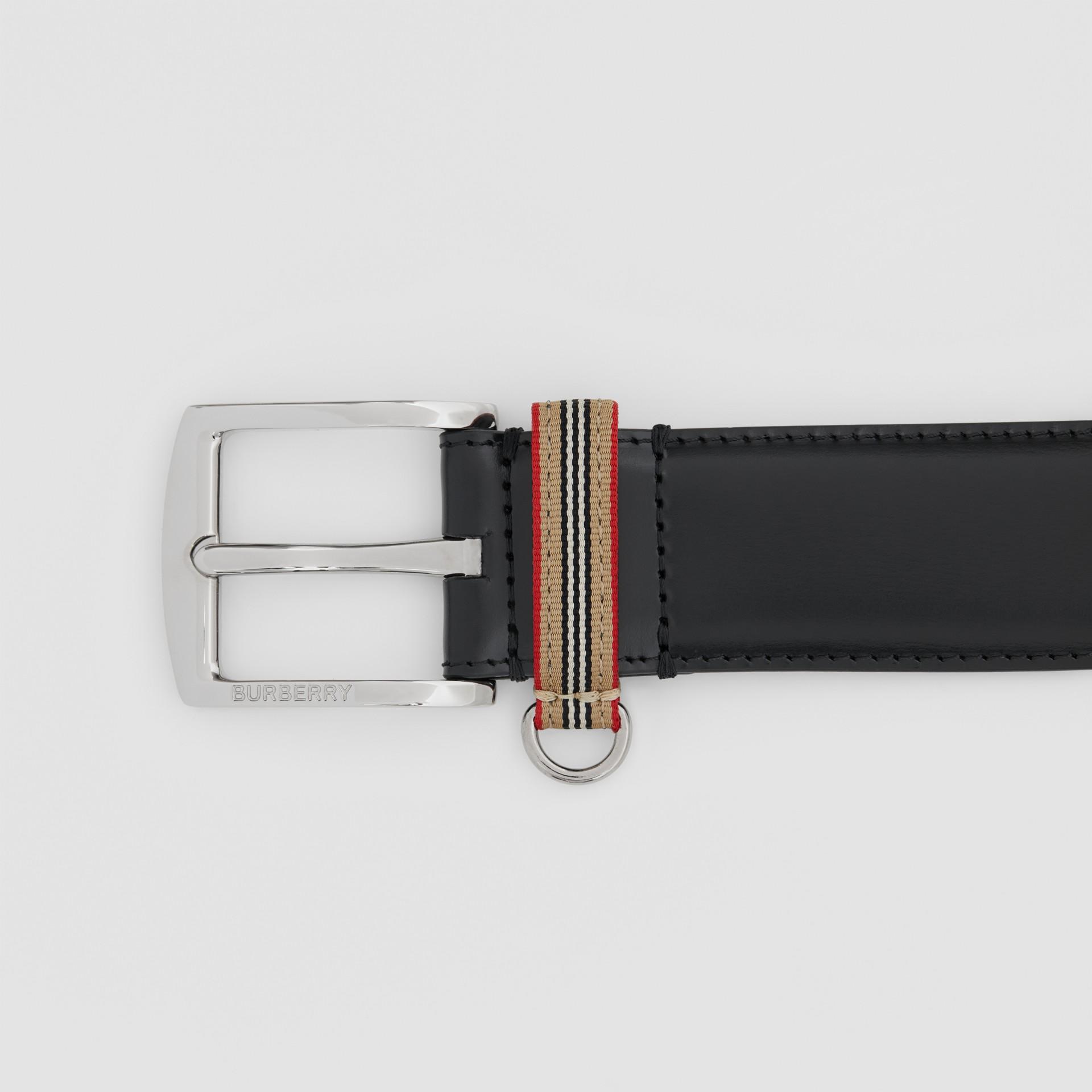 Cintura in pelle con dettaglio nell'iconico motivo a righe (Nero) | Burberry - immagine della galleria 1