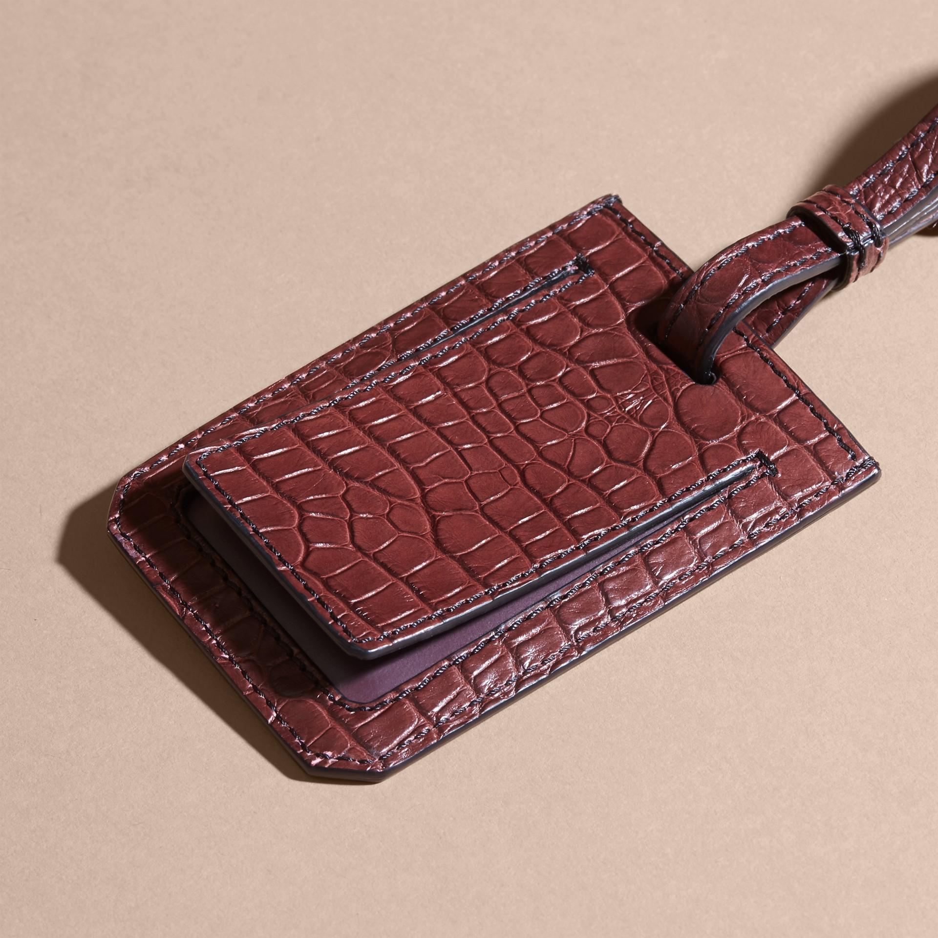 Etiqueta de equipaje en piel de caimán (Granate Oscuro) | Burberry - imagen de la galería 4