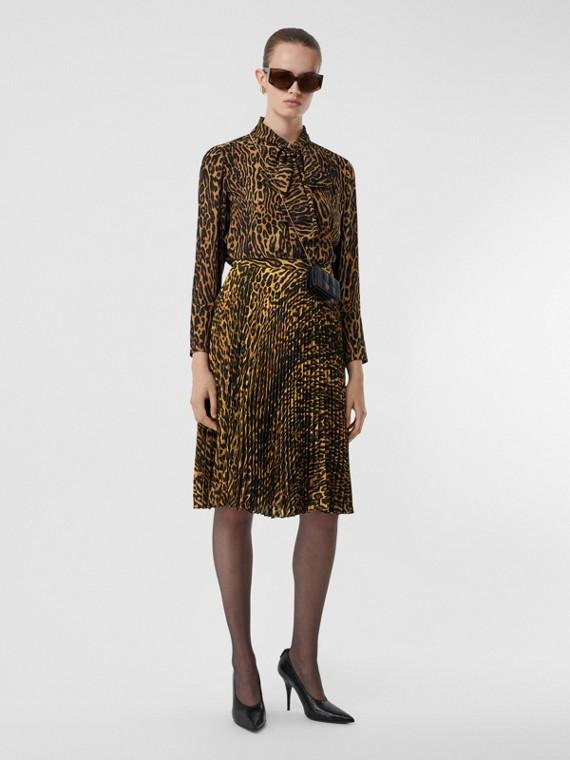 Blusa com gola laço em chiffon de seda com estampa de leopardo (Mostarda Escuro)