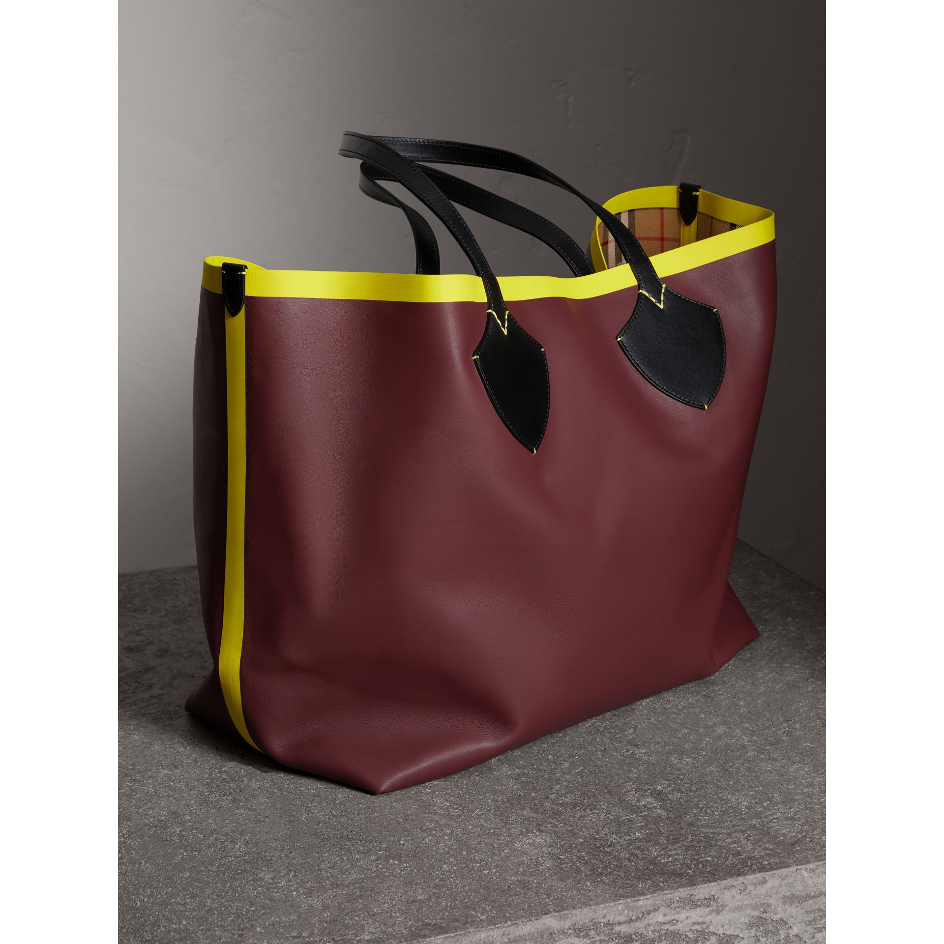 The Giant Reversible Tote in Vintage Check and Leather in Mahogany Red/antique Yellow | Burberry Singapore - gallery image 4