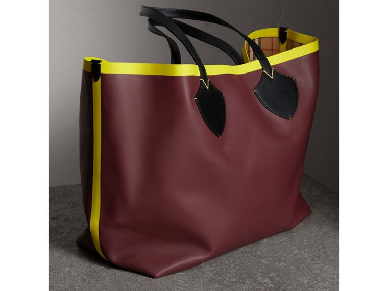 The Giant Reversible Tote in Vintage Check and Leather in Mahogany Red/antique Yellow | Burberry Canada - cell image 4