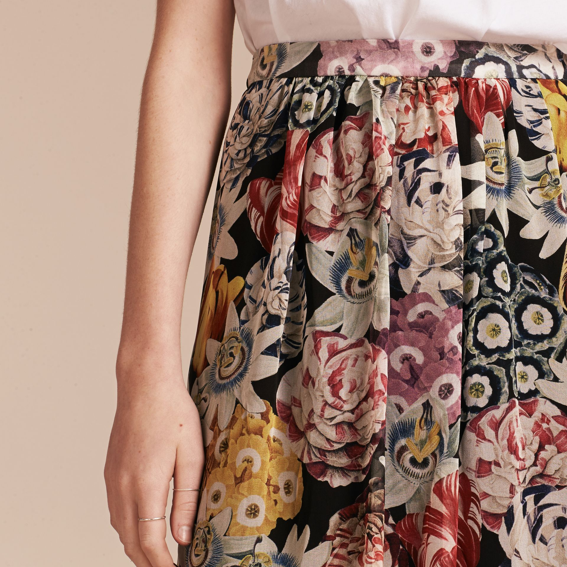 Schwarz Geraffter Seidenrock mit floralem Muster - Galerie-Bild 5