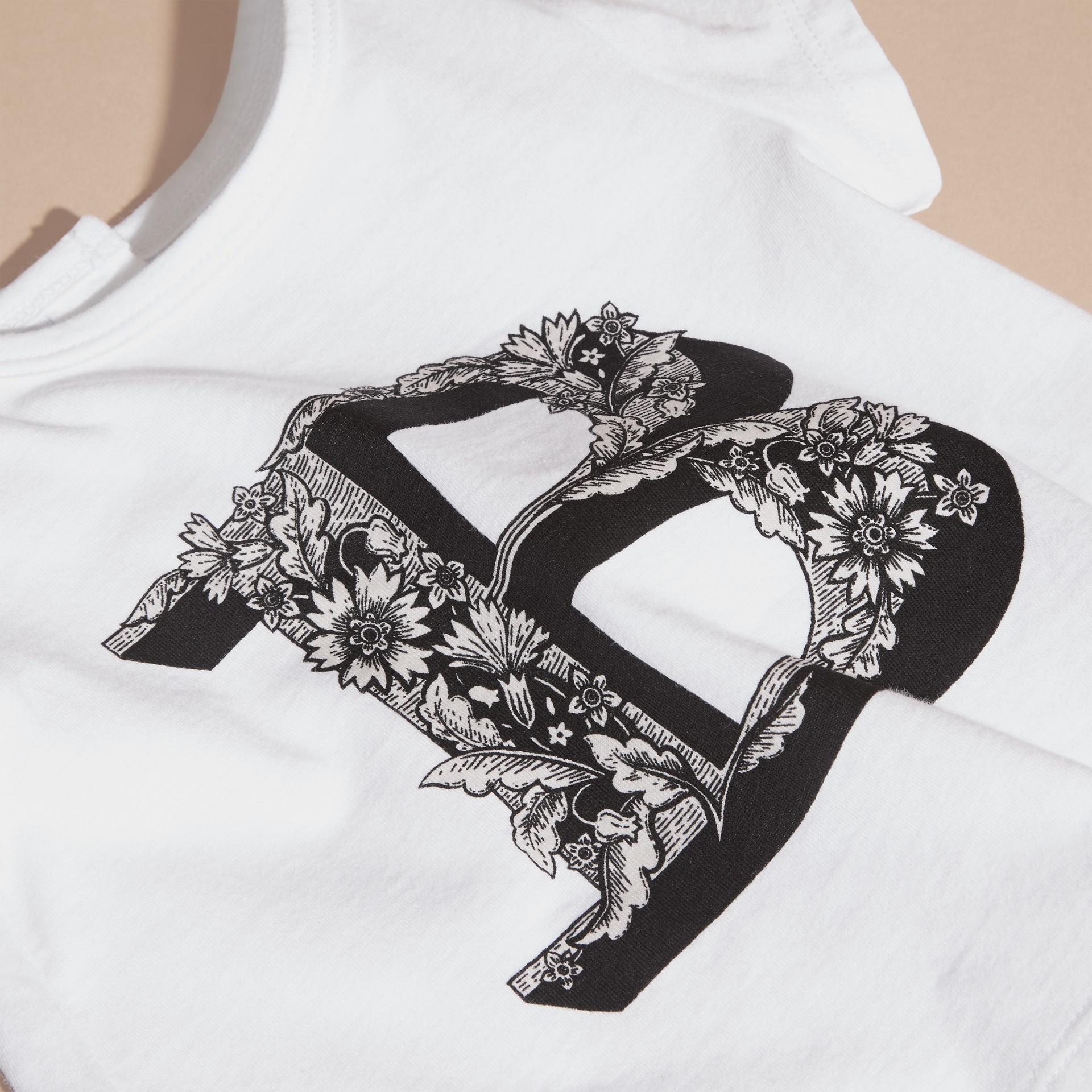 Rosa ceniza pálido Camiseta en algodón con motivo de letra ornamental - imagen de la galería 2