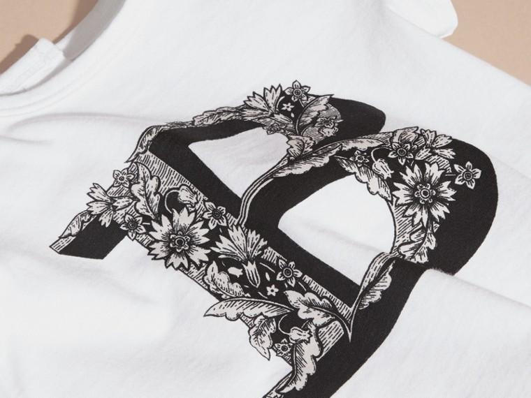 Rosa cenere pallido T-shirt in cotone con lettera decorata - cell image 1
