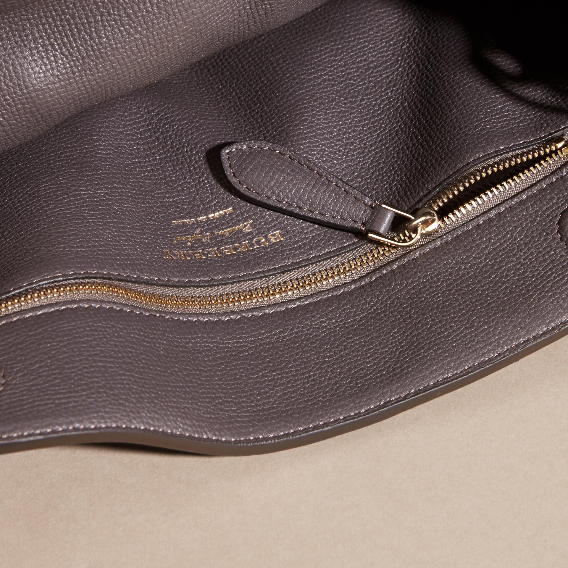 Gris sépia Clutch The Saddle en cuir grené contrecollé Gris Sépia - photo de la galerie 5