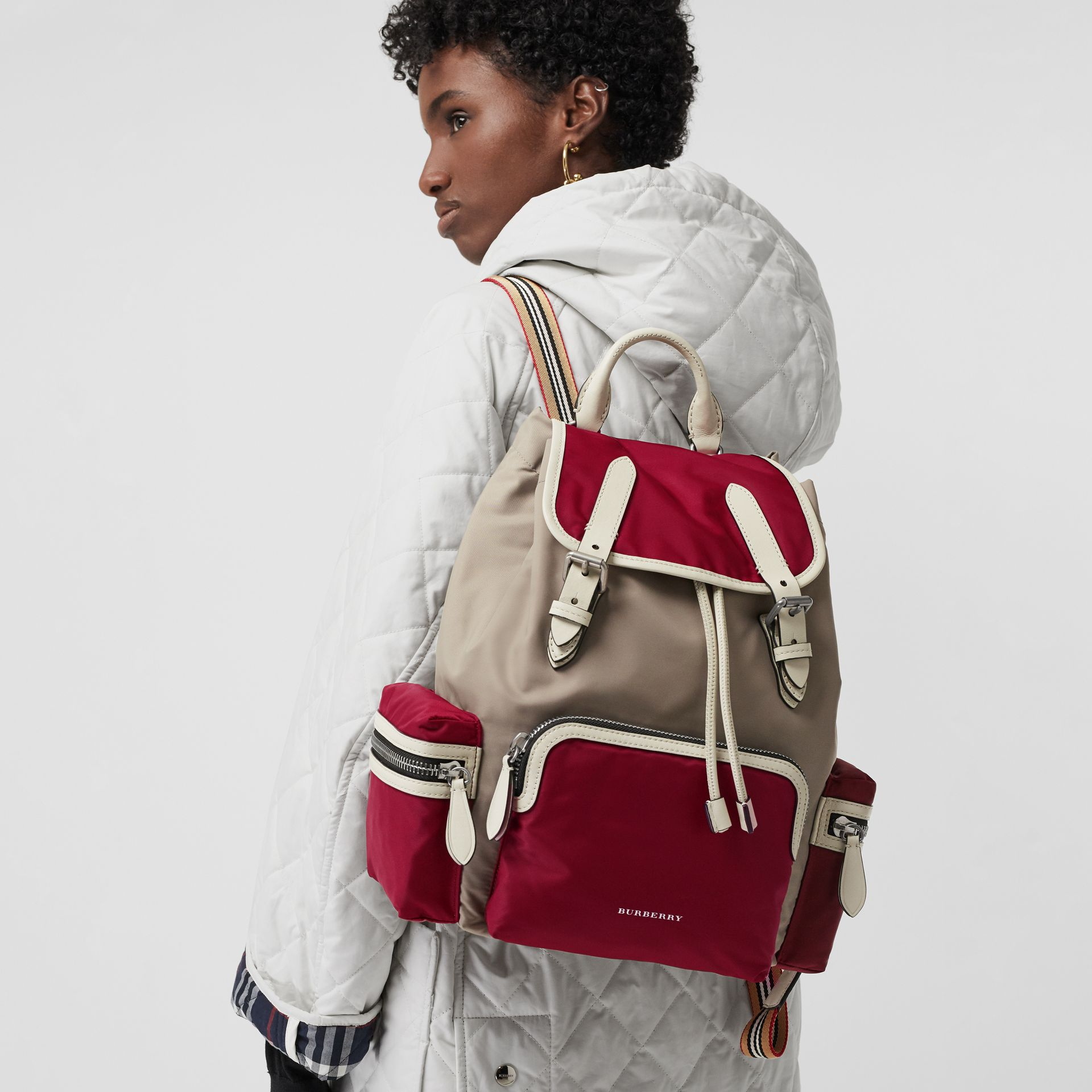 Sac The Rucksack moyen en nylon color-block et cuir (Carmin) - Femme | Burberry - photo de la galerie 3