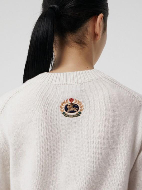 Pull en cachemire avec appliqué logo d'archive (Blanc)
