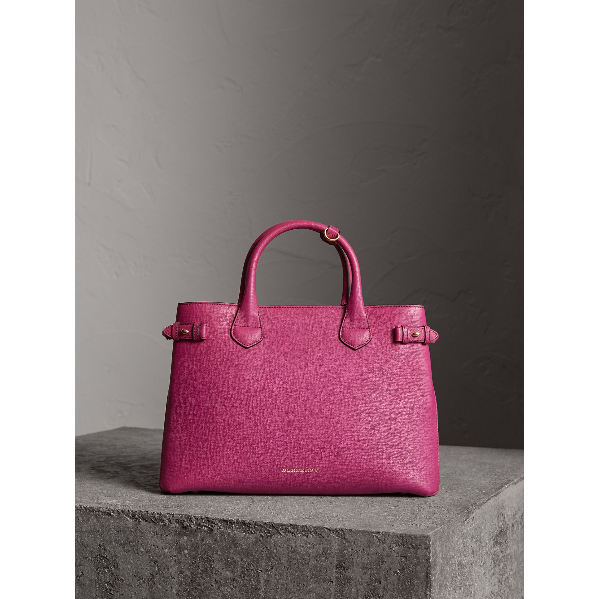 The Banner media in pelle con motivo House check (Fucsia Brillante) - Donna | Burberry - immagine della galleria 7