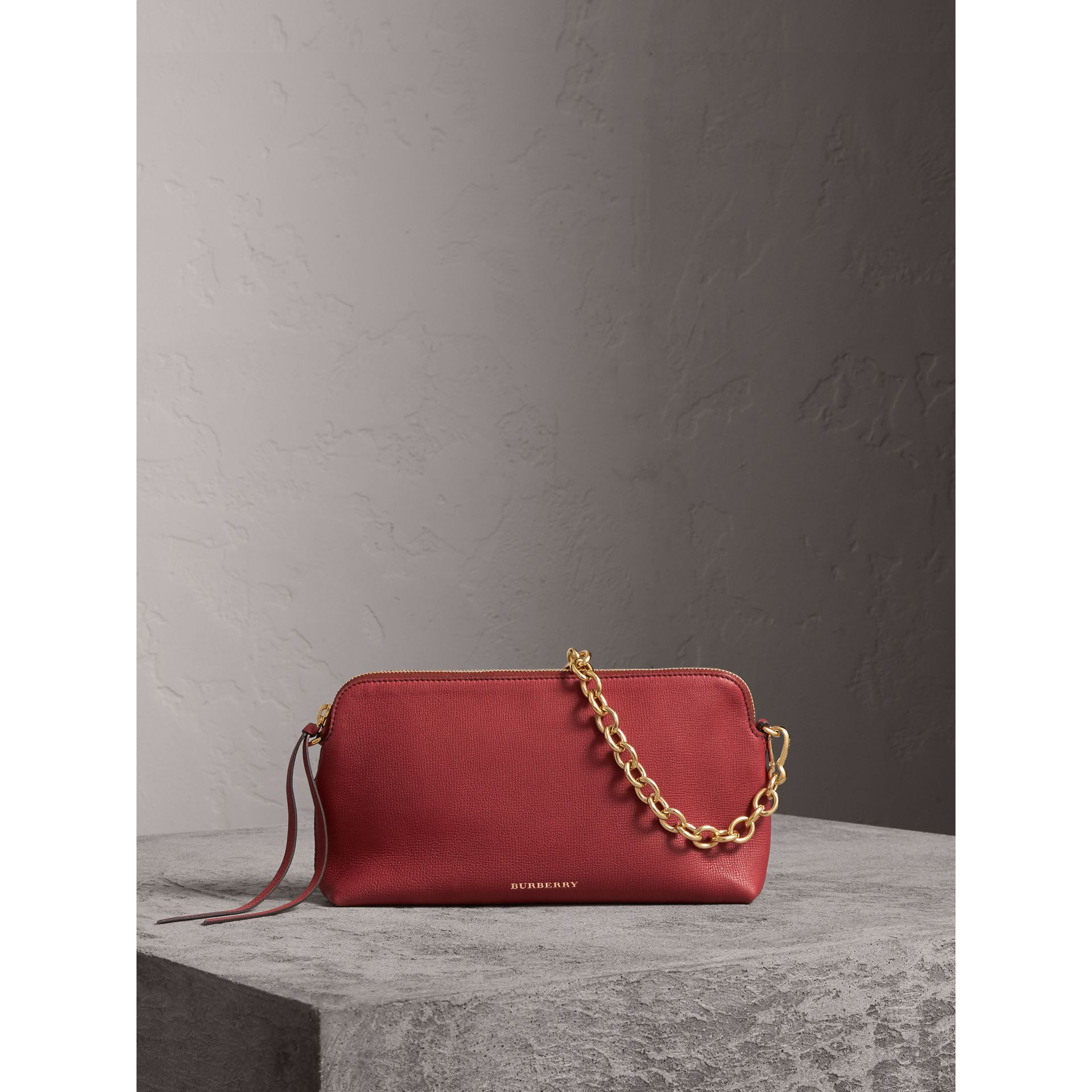 Clutch en cuir grainé (Rouge Feuille Morte) - Femme | Burberry - photo de la galerie 0