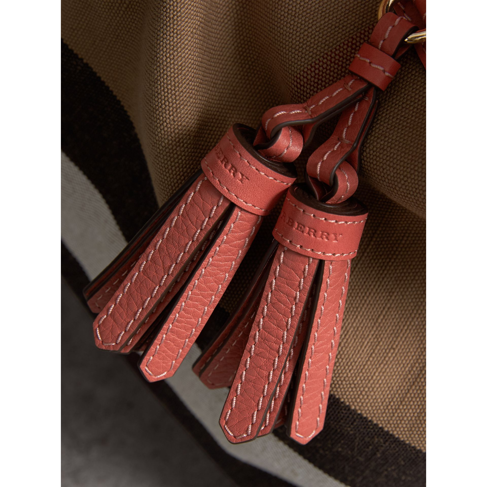 The Ashby media con pelle e motivo Canvas check (Rosso Cannella) - Donna | Burberry - immagine della galleria 2