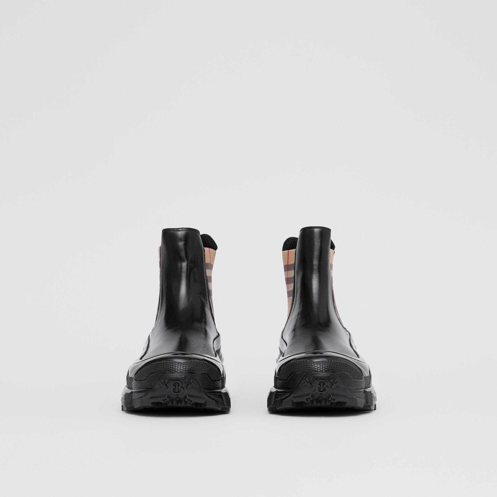 ヴィンテージチェックディテール コーティングキャンバス チェルシーブーツ (ブラック) - メンズ | バーバリー - ギャラリーイメージ 3
