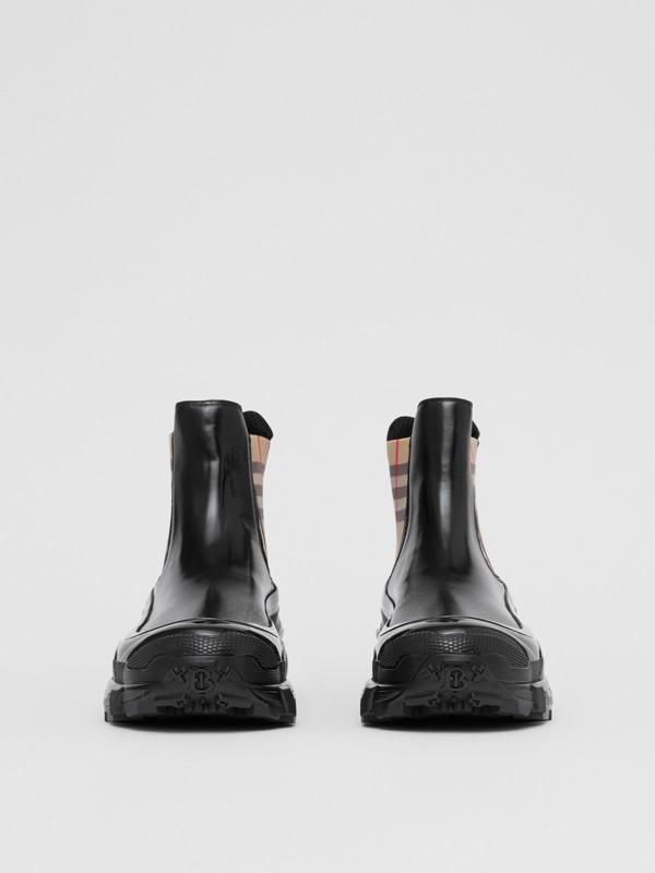 ヴィンテージチェックディテール コーティングキャンバス チェルシーブーツ (ブラック) - メンズ | バーバリー - cell image 3