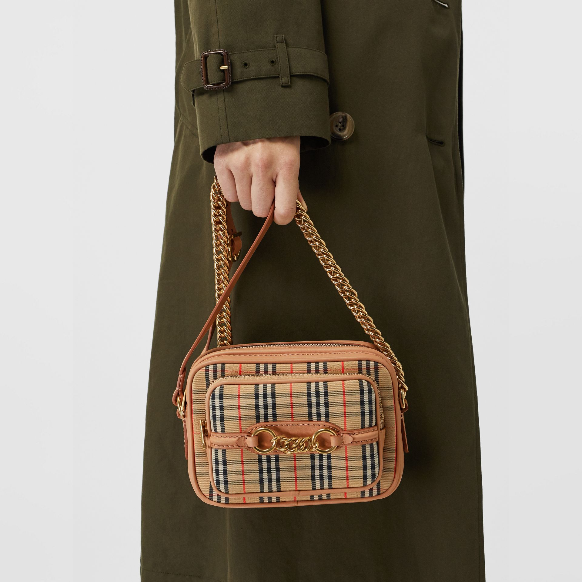 Sac caméra The Link à motif check de 1983 (Pêche) - Femme | Burberry Canada - photo de la galerie 3