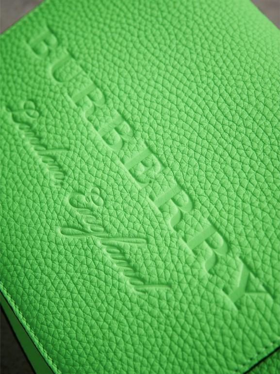 Bolsa carteiro pequena de couro neon com detalhe em relevo (Verde)   Burberry - cell image 1