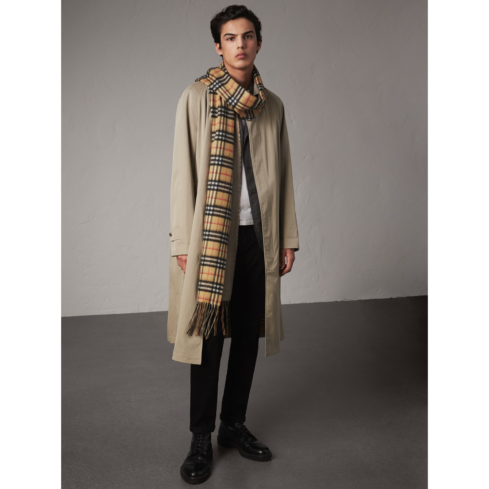 Long Reversible Vintage Check Double-faced Cashmere Scarf in Sandstone | Burberry Singapore - gallery image 2