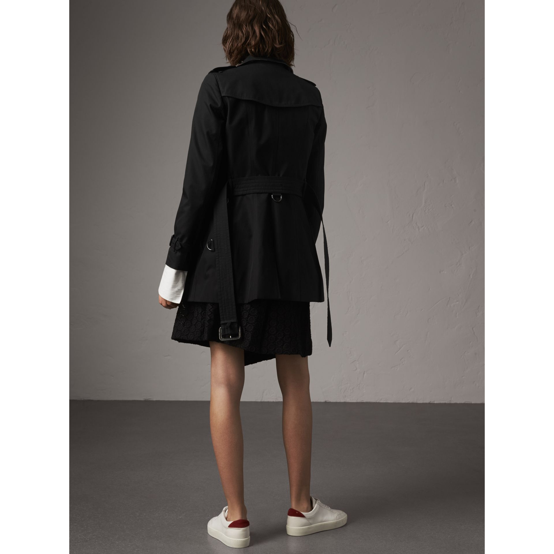 The Chelsea – Short Trench Coat in Black - Women | Burberry United Kingdom - gallery image 3