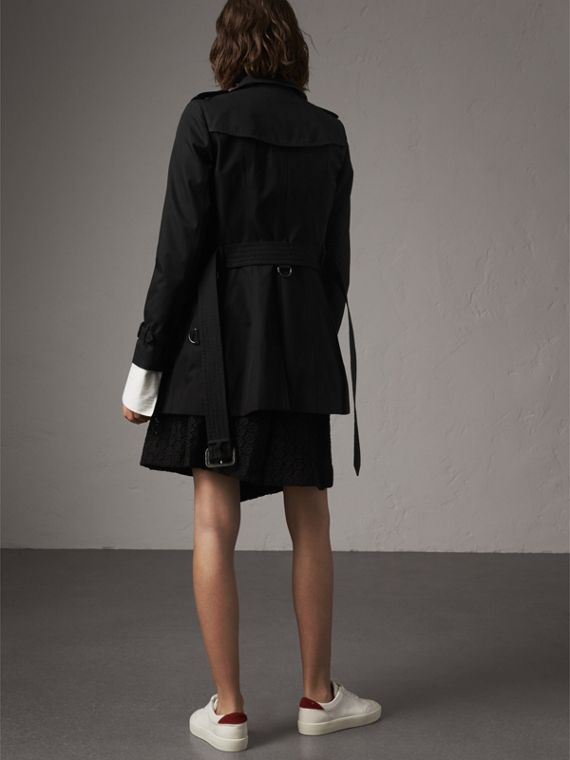 The Chelsea – Short Heritage Trench Coat in Black - Women | Burberry - cell image 2